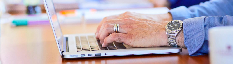 Cheese works voor NIVE handen op laptop